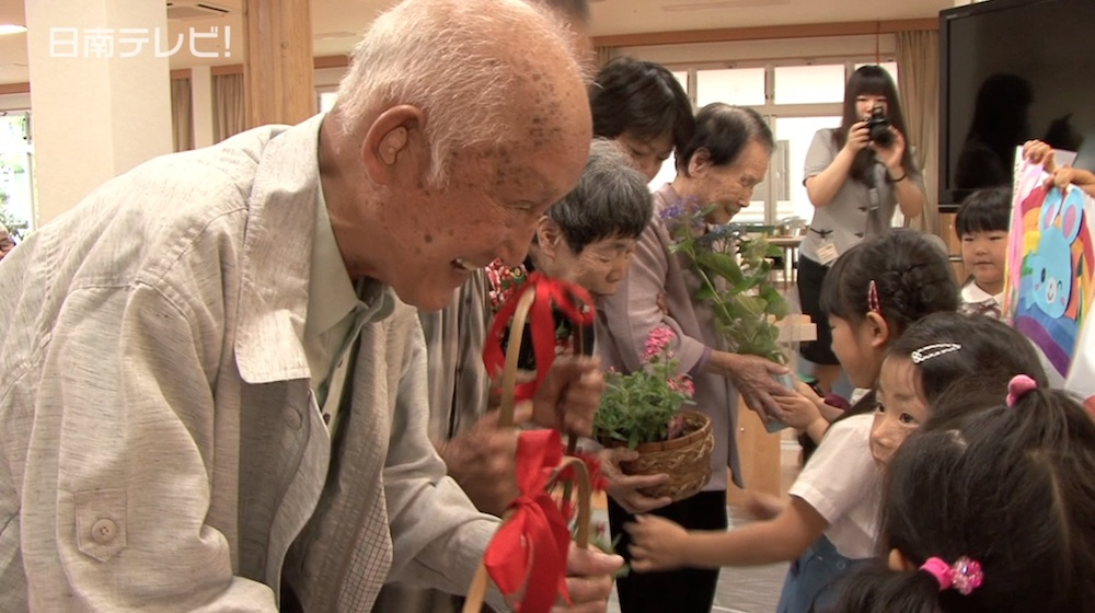 園児と高齢者が誕生会で交流