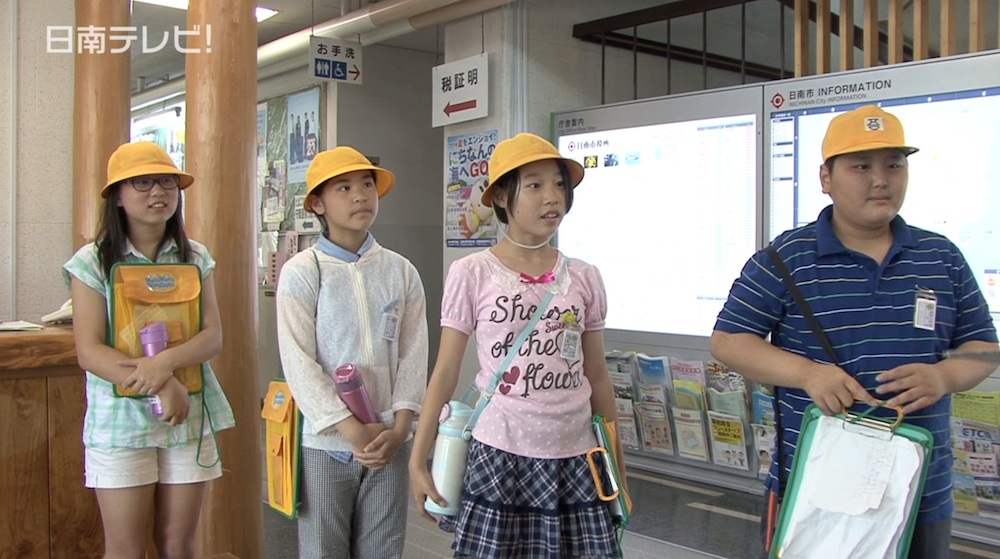 小学生が市役所で仕事体験