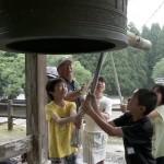 「時の記念日」児童が城跡の鐘をつく
