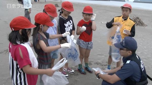 小学生と海上保安部が漂着ゴミの調査