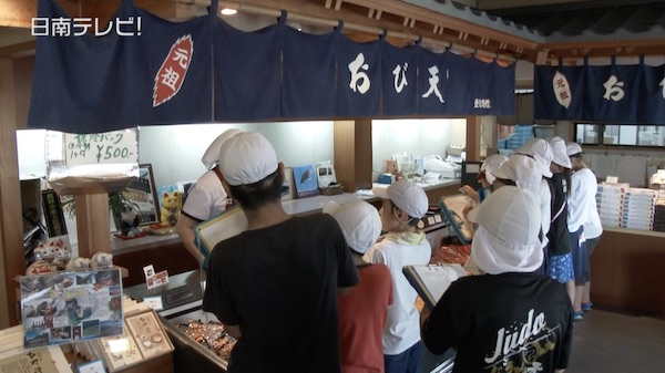 飫肥の天ぷらを小学生が取材