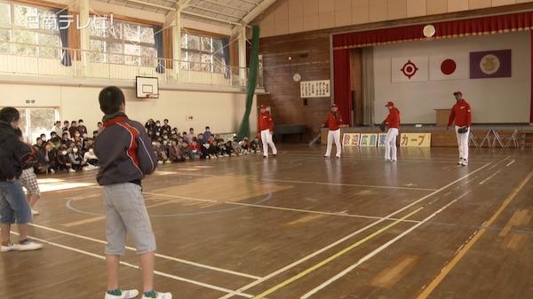 広島カープ 新人高橋投手ら小学生と交流