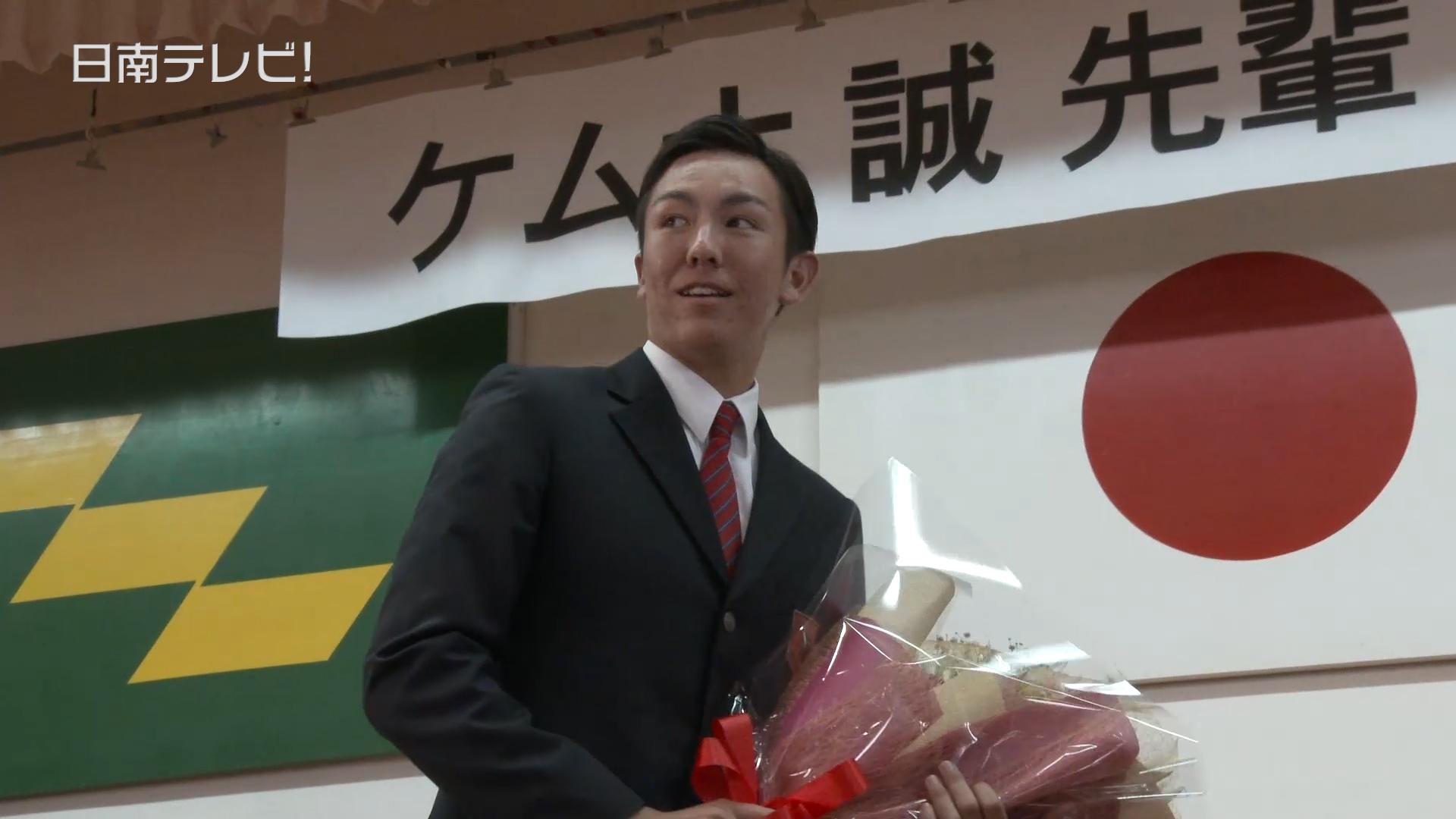 広島 ケムナ投手 母校に訪問